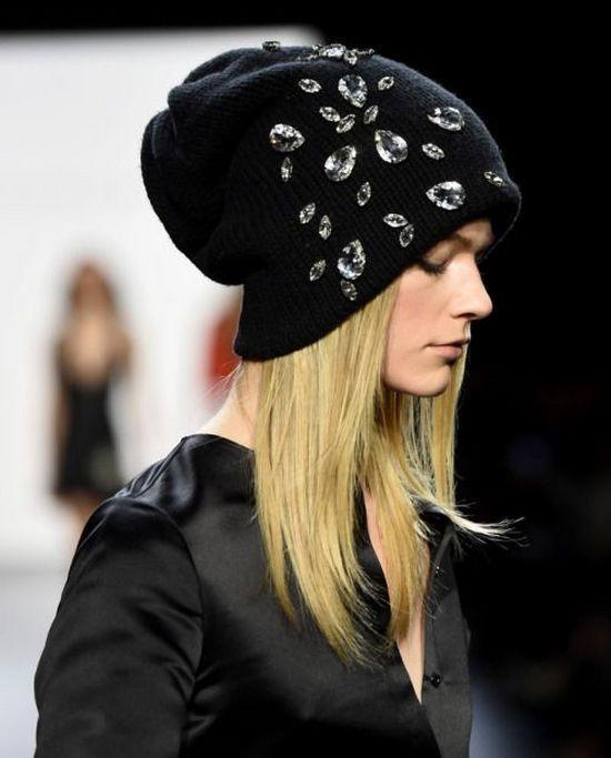 Черная трикотажная шапка со стразами