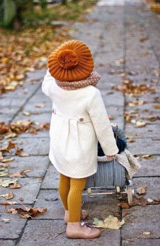 девочка в белом пальто