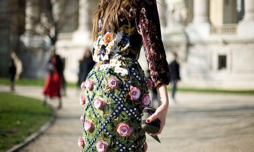 Длинные цветастые платья в гардеробе