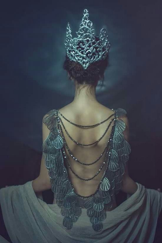 королева фото вид сзади