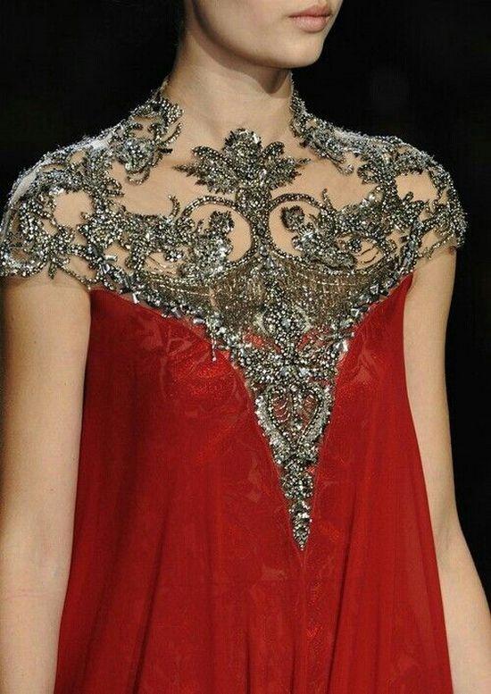 Шикарный декор алого платья