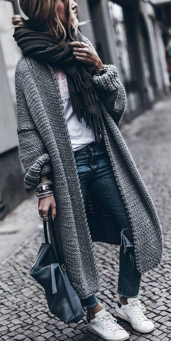 длинный серый кардиган с кроссовками