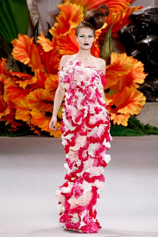 Платья в цветок на подиуме