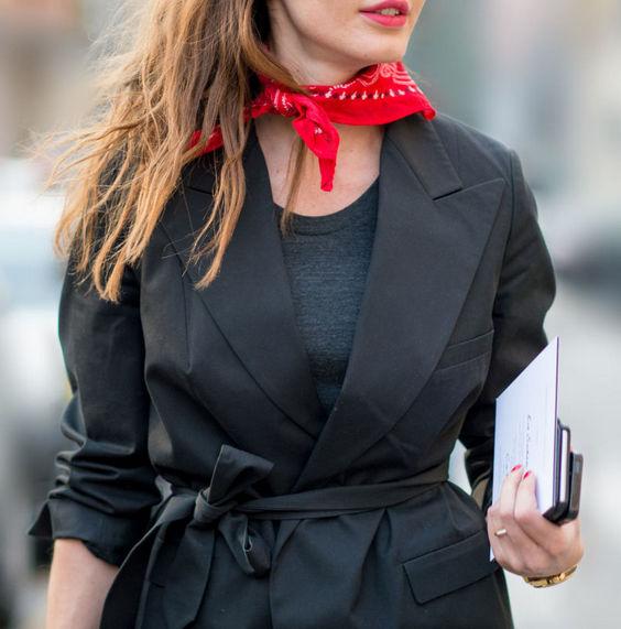 Красный платок на шее