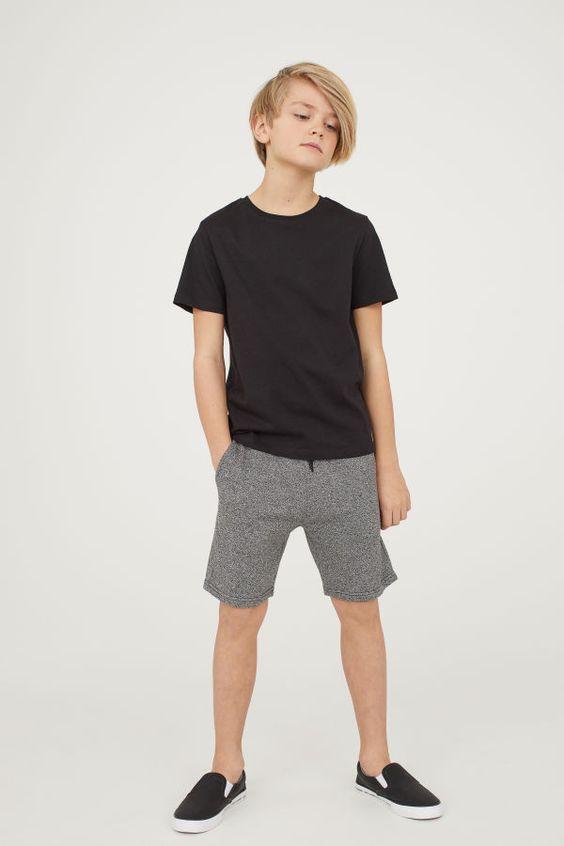 серые шорты с черной верхом