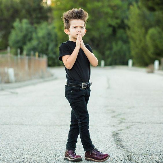 черные брюки и футболка на мальчика