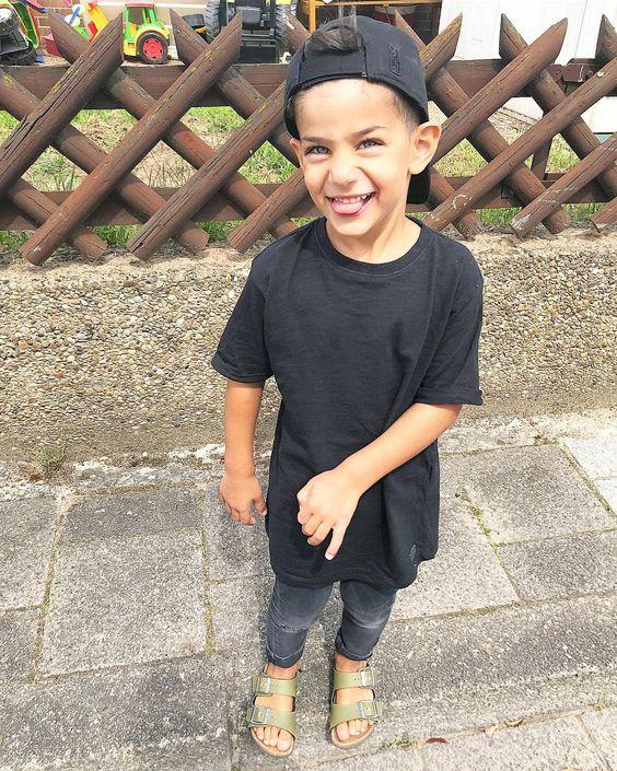 футболка с черными потертыми джинсами на мальчика