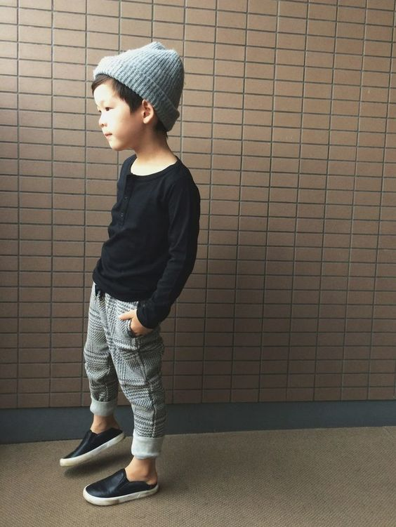 лонгслив с серыми штанами