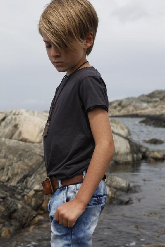 футболка, джинсы, ремень