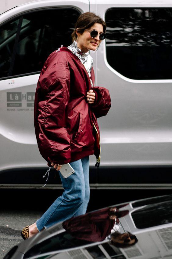 бордовый бомбер с джинсами