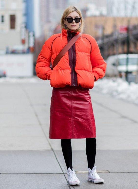 С чем носить красную стеганую куртку?