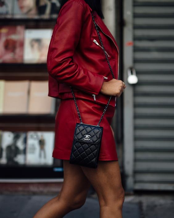 С чем носить красную весеннюю куртку?