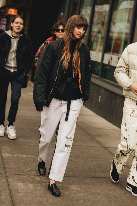 белые брюки с надписью