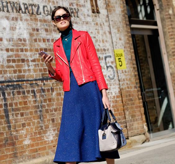 С чем носить красную куртку косуху?