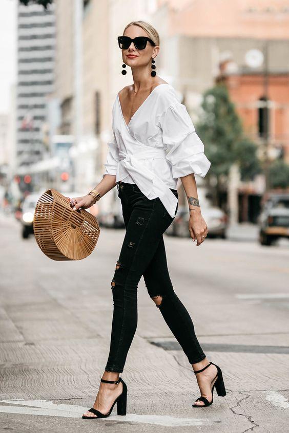 белая блуза и джинсы скини