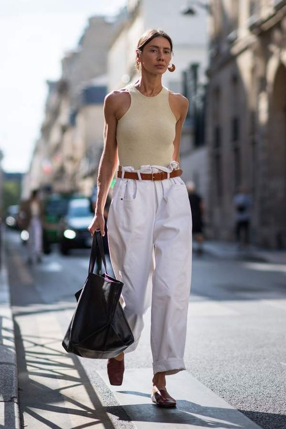 майка и белые брюки
