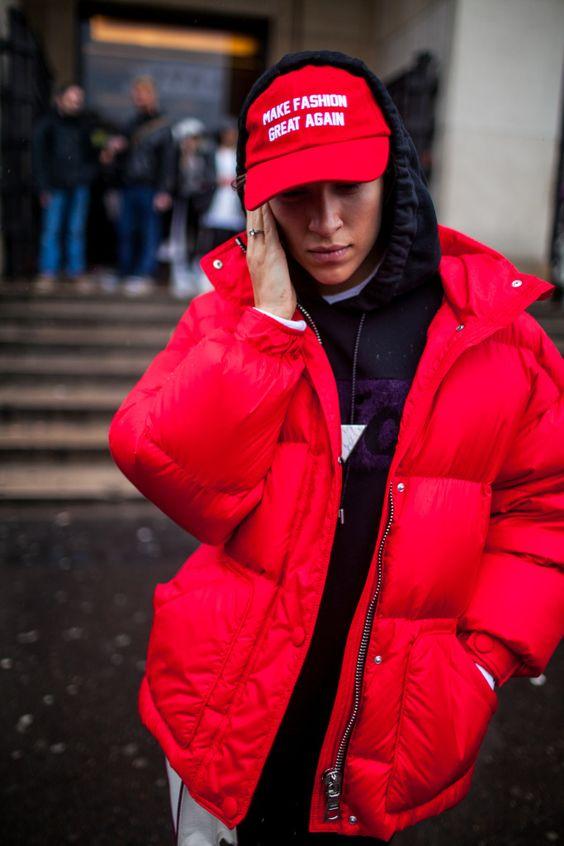 Красная бейсболка с красной курткой
