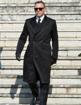темно-синее пальто и брюки