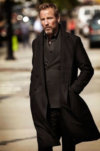 Черное пальто в паре с черным костюмом
