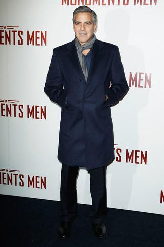 темно-синего пальто и черных брюк