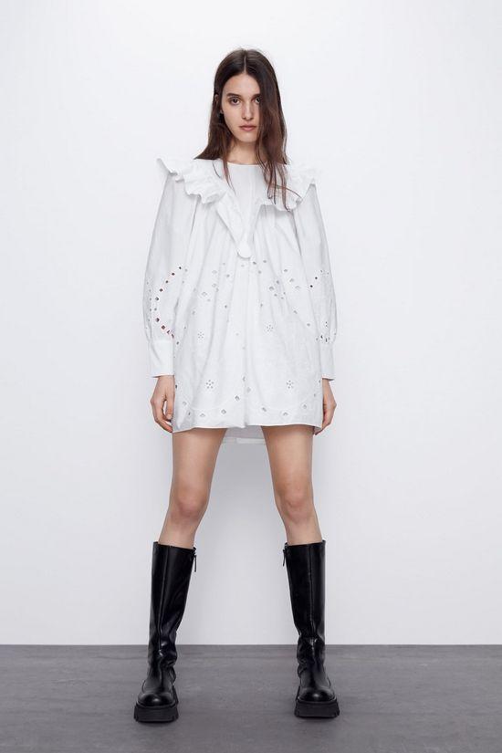 Белое платье с черными сапогами