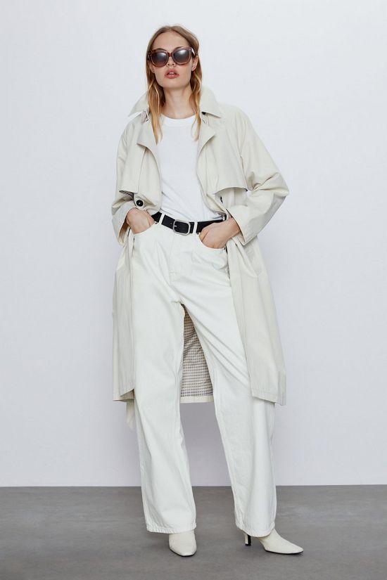 Тренч с белыми брюками