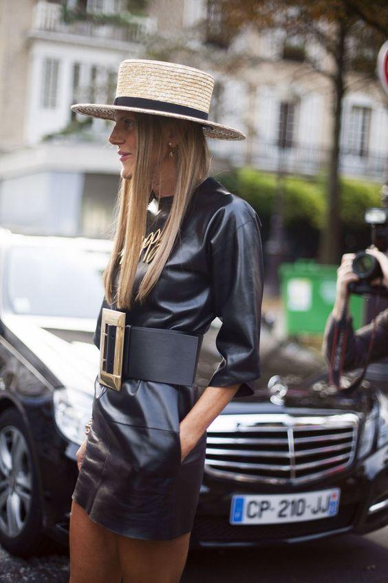 широкий ремень на черном кожаном платье