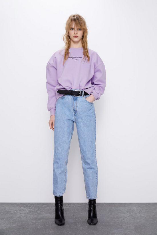 фиолетовый свитшот и джинсы