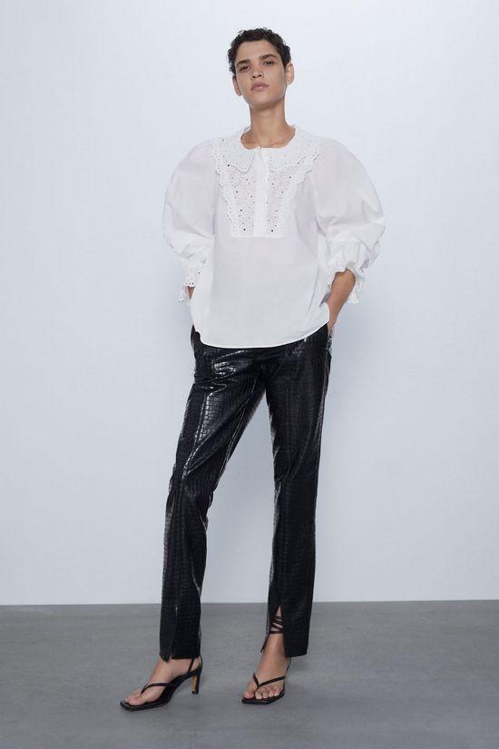 Белая блузка с черными кожаными брюками