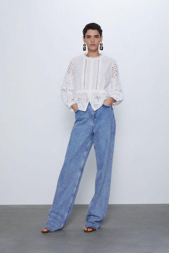 Белая блузка и широкие джинсы
