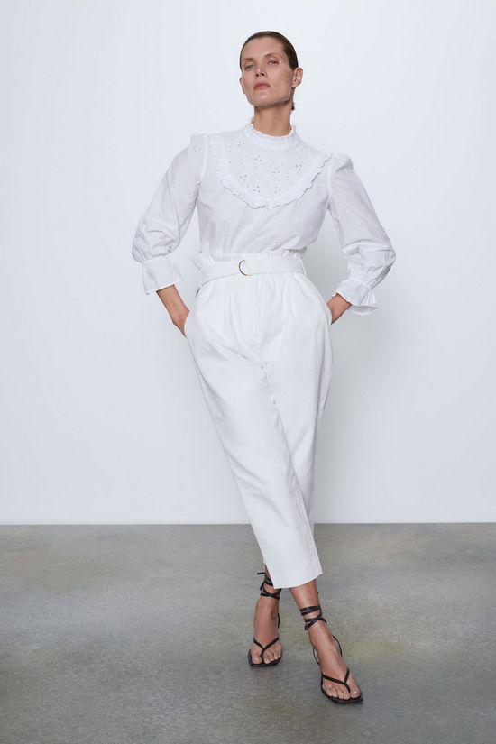 Белая блузка с белыми брюками