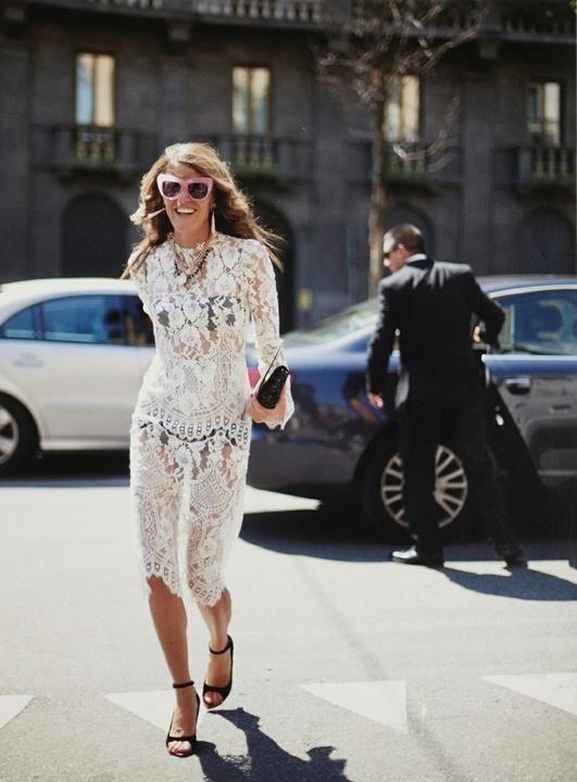 Анны Делло Руссов белом платье из кружева