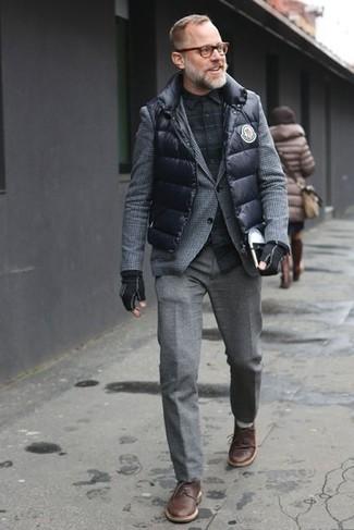 Черный стеганый жилет с серыми шерстяными брюками