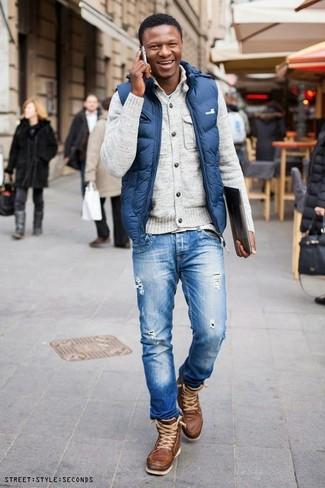 сочетание синего жилета, рваных джинсов