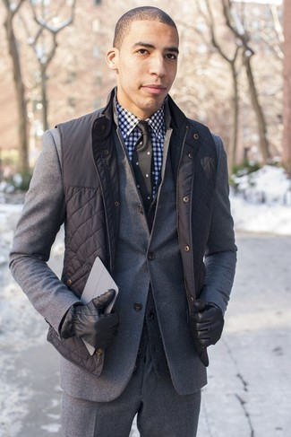 сочетание черного жилета и серого шерстяного костюма