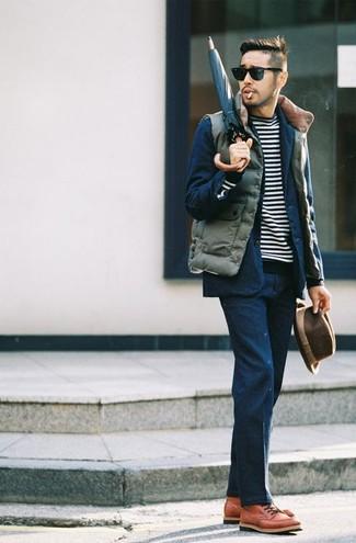 Оливковый стеганый жилет и темно-синий костюм