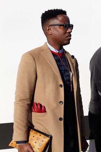 Пальто цвета кэмел и темно-синие джинсы