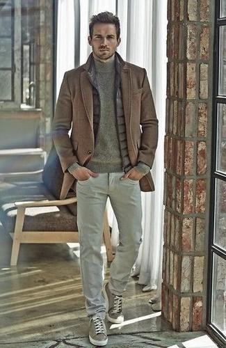 Коричневое пальто и серые хлопчатобумажные брюки