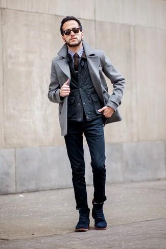 серый плащ с темно-синими джинсами