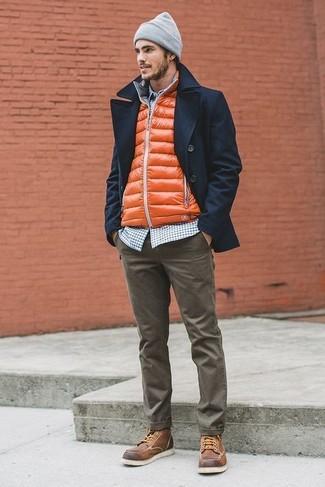 емно-синий бушлат с оливковыми хлопчатобумажными брюками и оранжевый жилетом