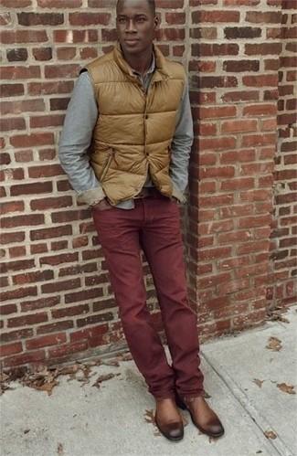 образ из коричневой жилетки и бордовых хлопчатобумажных брюк