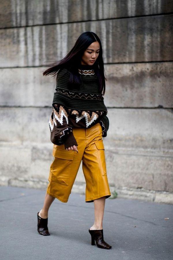 кожаные желтые кюлоты и свитер хаки