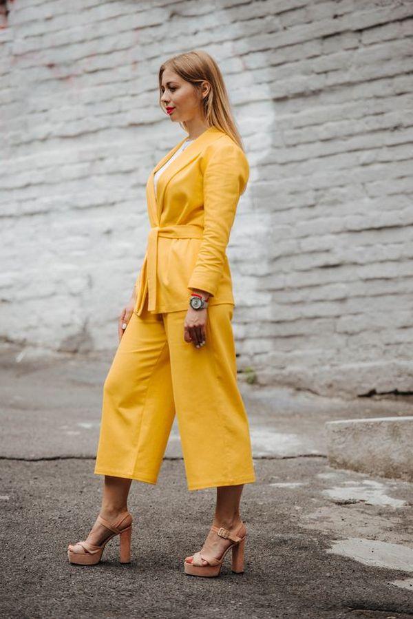 летний костюм с желтыми кюлотами